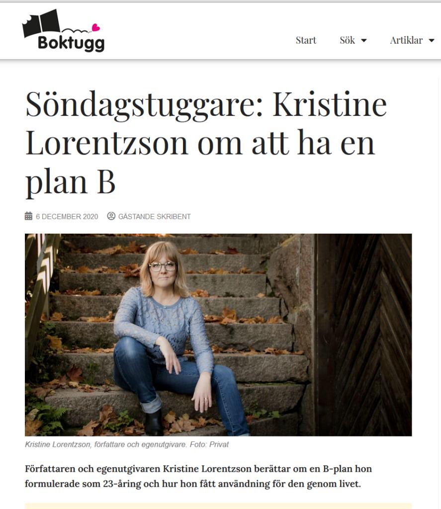 Kristine sitter på en trappa ute på hösten.